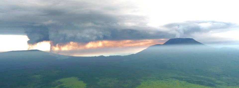 Figure 2: Volcanic plumes of Nyamulagira and Nyiragongo volcanoes in January 2010. Photo (c) MONUC, 2010.